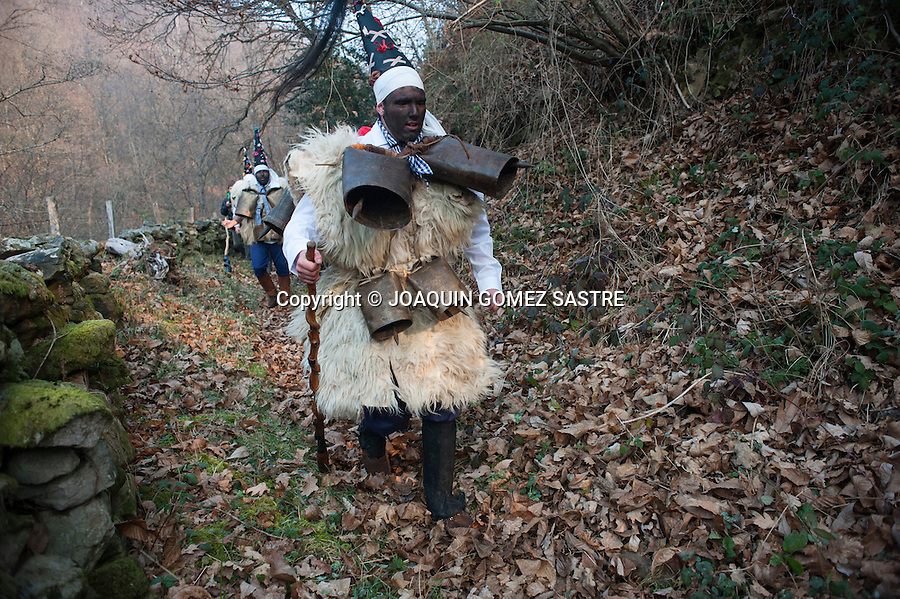 The zarramacos chase the bear by the mountains of Silio (Cantabria) in the party of the vijanera, considered the first carnival of winter in Europe, while they sound the bells that they have hung.
