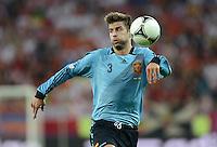 FUSSBALL  EUROPAMEISTERSCHAFT 2012   VORRUNDE Kroatien - Spanien                 18.06.2012 Gerard Pique (Spanien) Einzelaktion am Ball