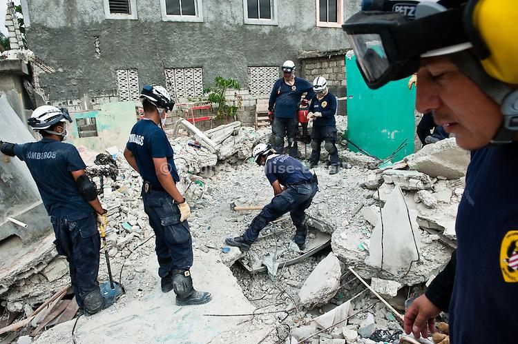 Des sauveteurs colombiens recherchent le corps d'un enfant dans le quartier bas de Jacmel, le 19/01/2010. A 80km au sud de Port-au-Prince (Haiti), la ville a été durement touchée par le séisme du 12/01/2010, avec plusieurs centaines de morts.