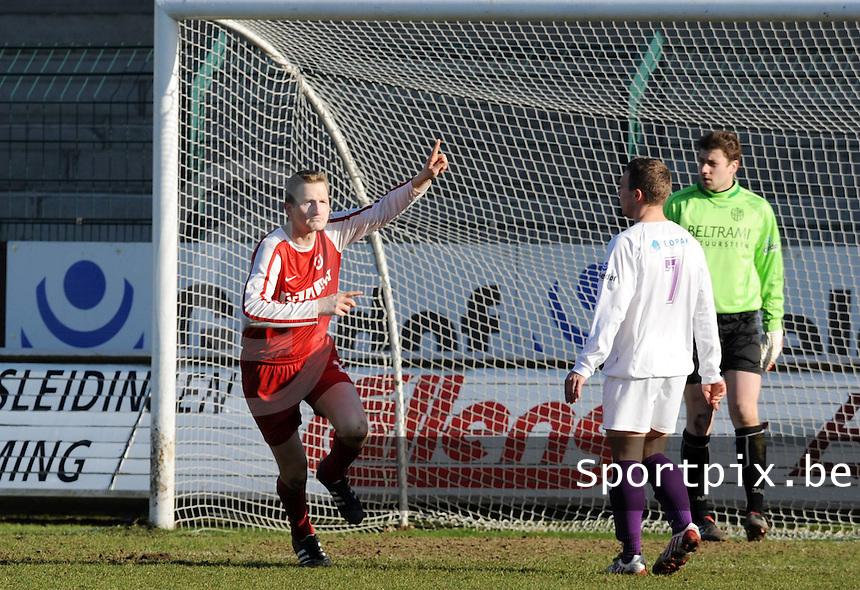 SW Harelbeke - FC Langemark : Kristof Planquette scoort de 2-1 voor Langemark.foto VDB / BART VANDENBROUCKE