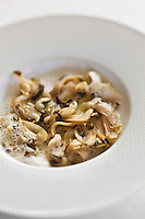 Europe/France/Bretagne/35/Ille et Vilaine/Saint-Malo/ Saint-Servan:  Ormeaux de plongée, snackés tout simplement, crème d'ail, recette de Luc Mobihan - restaurant: Le Saint-Placide