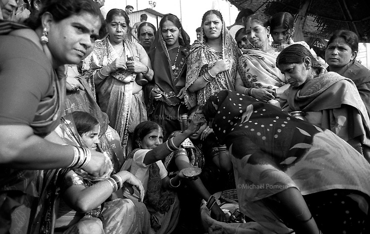 Varanasi (Uttar Pradesh)<br /> <br /> Group of women getting blessed during a puja.<br /> <br /> Group de femmes se faisant bénir durant une puja.