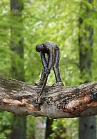 Nederland - Amsterdam - 2019.  Het Boomzagertje op een plataan bij het Leidseplein. Het bronzen beeldje is gemaakt en geplaatst door een onbekende kunstenaar.  Foto Berlinda van Dam / Hollandse Hoogte