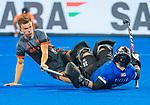 BHUBANESWAR (INDIA) -  Thijs van Dam (Ned) stuit op keeper David Carter (Can)  tijdens Nederland-Canada (5-0) bij het WK Hockey heren.  COPYRIGHT KOEN SUYK