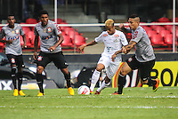 SAO PAULO, SP, 03 MARÇO 2013 - CAMP. PAULISTA - SANTOS X CORINTHIANS - Neymar (C) do Santos em partida contra o Corinthians válida pelo Campeonato Paulista 2013 no Estádio do Morumbi em São Paulo (SP), neste domingo (03). (FOTO: WILLIAM VOLCOV / BRAZIL PHOTO PRESS).