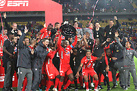 BOGOTÁ- COLOMBIA, 19-01-2020: Jugadores del América de Cali celebran con el trofeo al ganar  la final  del Torneo ESPN 2020 al vencer a Millonarios, jugado en el estadio Nemesio Camacho El Campin de la ciudad de Bogotá. / <br />