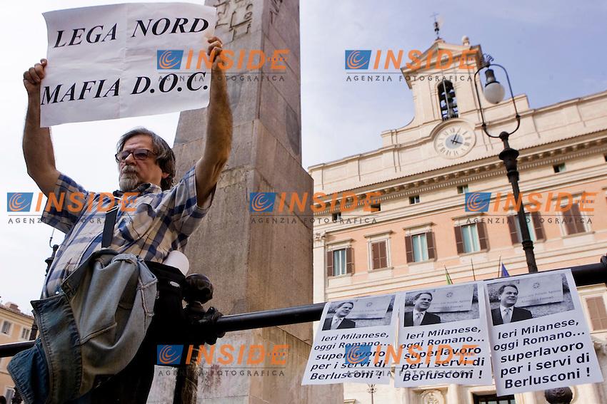 PROTESTA DEL POPOLO VIOLA DAVANTI A MONTECITORIO DURANTE IL VOTO DI SFIDUCIA AL MINISTRO SAVERIO ROMANO..ROMA 28 SETTEMBRE  2011..PHOTO  INSIDEFOTO..............................