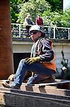UTRECHT - Naast voetbalstadion Galgenwaard werken medewerkers van Gebr. van 't Hek aan de funderingen van de nieuwe Herculesbrug. De door Van Hattum en Blankevoort in opdracht van de gemeente te bouwen brug is onderdeel van het infrastructurele project Utrecht - HOV om de Zuid. De nieuwe brug gaat ruimte bieden aan de de Uithoflijn en moet volgens de gemeente eind oktober klaar zijn. Omdat het werk gebeurt naast en boven het riviertje de Kromme Rijn dragen de mannen een zwemvest. COPYRIGHT TON BORSBOOM