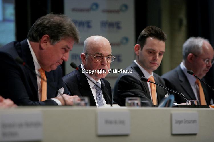 Foto: VidiPhoto..ARNHEM - Persconferentie van het Duitse energiebedrijf RWE en het Nederlandse Essent die de overname van Essent bekend maken. Foto: Bestuursvoorzitter van Essengt Michiel Boersma aan het woord. Links naast hem RWE-bestuursvoorzitter Grossmann.