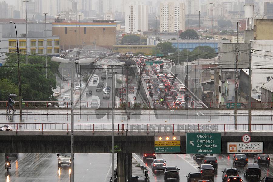 **ATENCAO EDITOR FOTO EMBARGADA PARA VEICULOS INTENARCIONAIS** SAO PAULO, SP, 08 DE FEVEREIRO DE 2013 - TRANSITO - Transito intenso na ligacao leste-oeste, sentido zona leste, agravado pela chuva neste inicio de noite de sexta-feira (8) o que causa lentidao aos motoristas,  complicando a volta para casa do paulistano. Foto feita a partir do  viaduto Mie Kim, mais conhecido como viaduto da rua da Gloria, no bairro da  Liberdade, zona cental da capital. FOTO RICARDO LOU - BRAZIL PHOTO PRESS