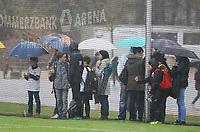 Fans der Eintracht trotz Regen beim Training  - 04.04.2018: Eintracht Frankfurt Training, Commerzbank Arena