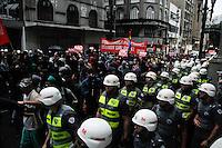 SAO PAULO, SP, 24.05.2014 - Manifestantes caminha até a saindo da Praça da Sé ate a Avenida Paulista em protesto contra a Copa do Mundo que será realizada no Brasil, a caminha encerrou na Avenida Paulista em Sao Paulo.  (Foto: Amauri Nehn / Brazil Proto Press).