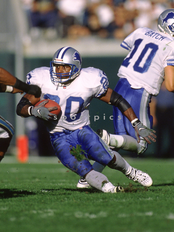 Detroit Lions Barry Sanders (20) during a game from his 1998 season with the Detroit Lions . Barry Sanders played for 10 years, all with the Lions was a 10-time Pro Bowler and was inducted into the Pro Football Hall of Fame in 2004.(SportPics)