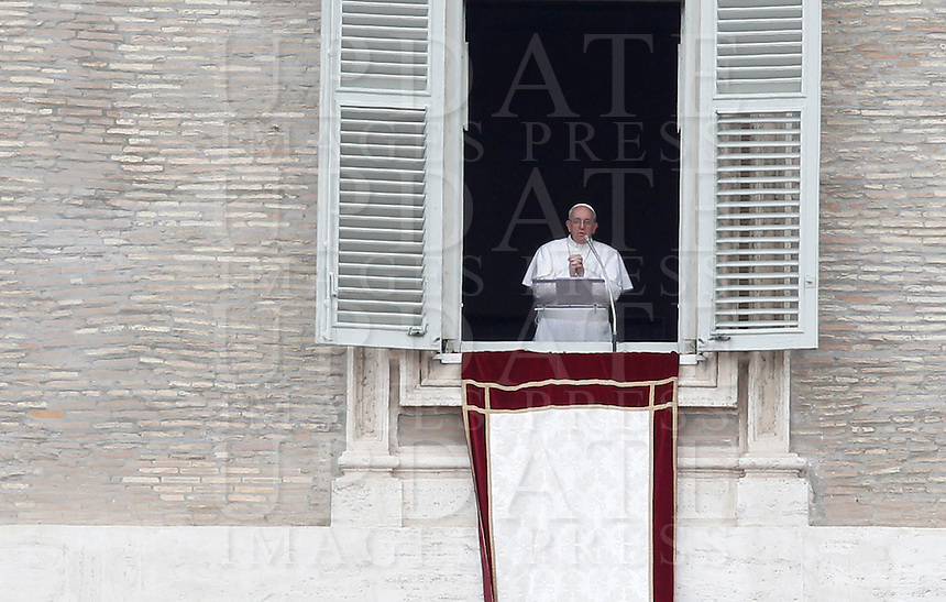 Papa Francesco recita il suo primo Angelus dalla finestra del suo studio, in piazza San Pietro, Citta' del Vaticano, 17 marzo 2013..Pope Francis recites his first Sunday Angelus prayer from his studio window overlooking St. Peter's square, Vatican, 17 March 2013..UPDATE IMAGES PRESS/Isabella Bonotto -STRICTLY FOR EDITORIAL USE ONLY-