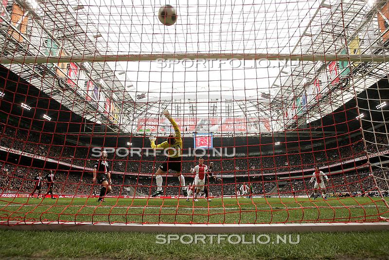 Nederland, Amsterdam, 3 februari 2008.Eredivisie .Seizoen 2007-2008 .Ajax-Feyenoord (3-0).Klaas Jan Huntelaar (2e van r) van Ajax heeft zojuist de bal over keeper Henk Timmer (2e van l) van Feyenoord gekopt en scoort, 2-0.