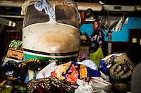 Muslimische Flüchtlinge in Bangui, Zentralafrikanische Republik. Die Familien mussten vor der Gewalt der der überwiegend aus Christen bestehenden Anti-Balaka-Militia flüchten und leben in einem Lager am Flughafen. Sie hoffen auf die Ausreise nach Kamerun.