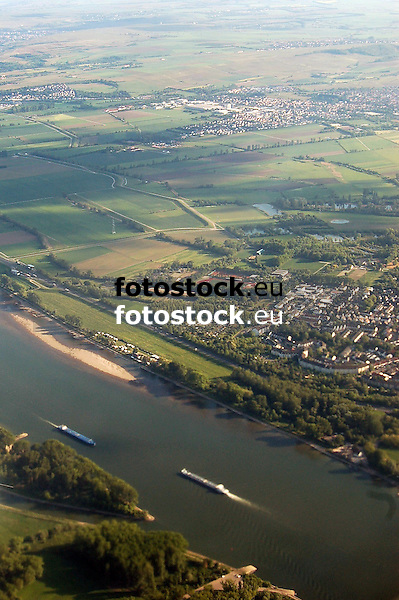Luftaufnahme vom Rhein bei Mainz-Laubenheim (rechts) und Bodenheim (im Hintergrund) in Rheinhessen<br />