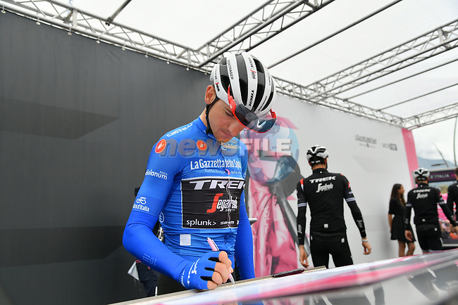 Maglia Azzurra Giulio Ciccone (ITA) Trek-Segafredo at sign on before Stage 16 of the 2019 Giro d'Italia, running 194km from Lovere to Ponte di Legno, Italy. 28th May 2019<br /> Picture: Gian Mattia D'Alberto/LaPresse | Cyclefile<br /> <br /> All photos usage must carry mandatory copyright credit (© Cyclefile | Gian Mattia D'Alberto/LaPresse)