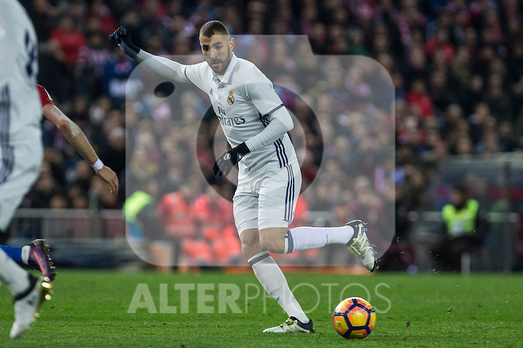 Real Madrid's Karim Benzema  during the match of La Liga between Atletico de Madrid and Real Madrid at Vicente Calderon Stadium  in Madrid , Spain. November 19, 2016. (ALTERPHOTOS/Rodrigo Jimenez)