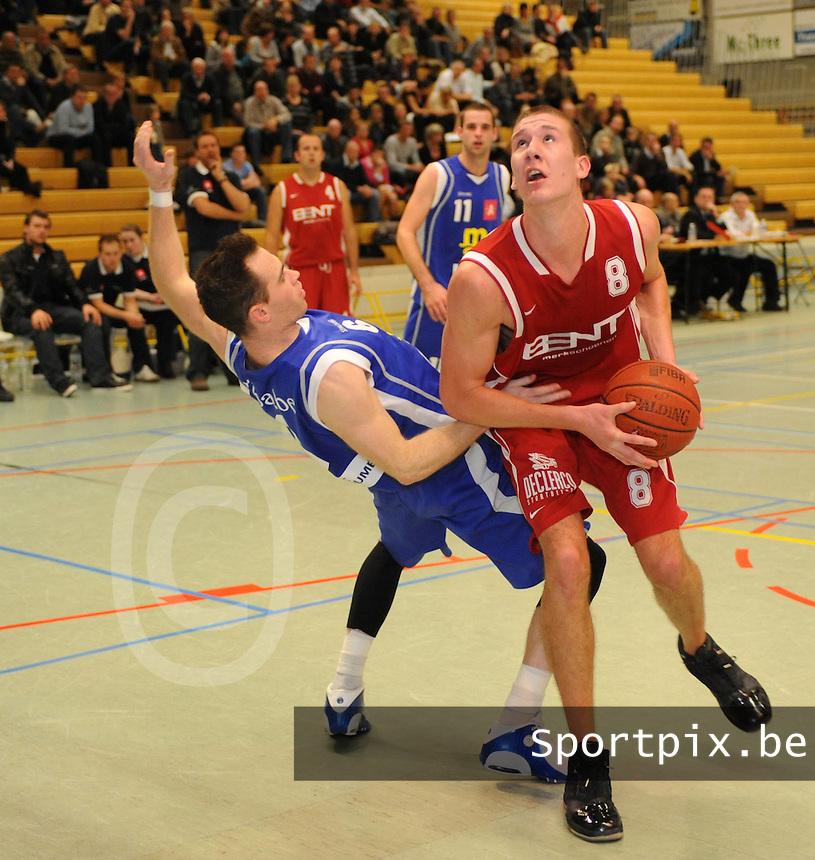Bent Schoenen Waregem - Sint Jan Basket Antwerpen..Bart Raes (rechts) gaat voorbij zijn tegenstander Maarten Goethaert (links)..foto VDB / BART VANDENBROUCKE