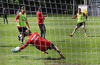 Torwart Jan Zimmermann (Eintracht Frankfurt) pariert gegen Marco Russ (Eintracht Frankfurt) - 01.05.2018: Eintracht Frankfurt Training, Commerzbank Arena