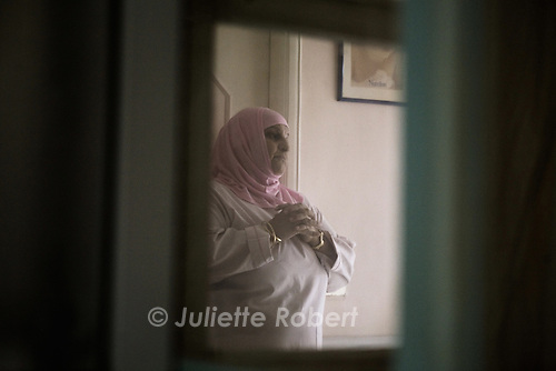Linda talks with a young palestinian woman whose foetus died.<br /> <br /> Linda discute avec une jeune palestinienne qui a fait une fausse couche