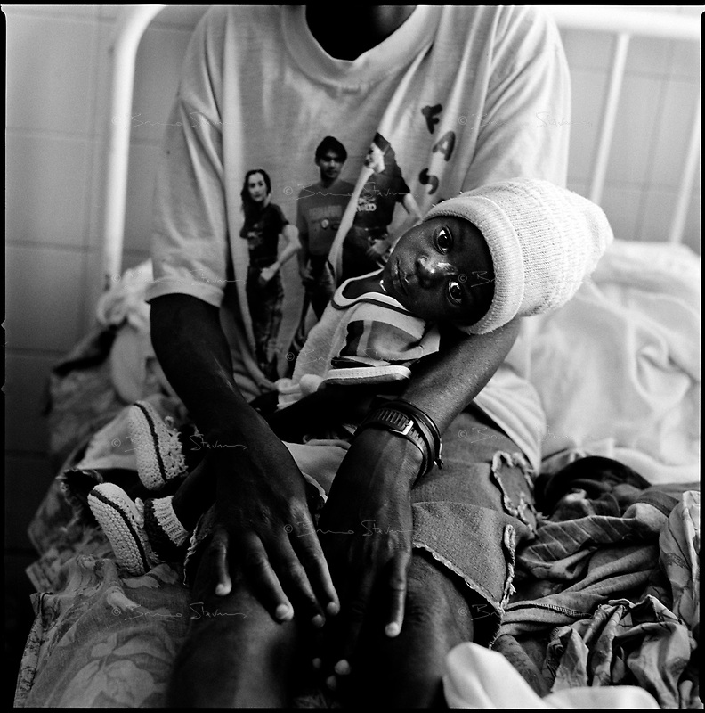 Huambo, Angola, May, 24, 2006.Maria Immaculada, 2, in the arms of her mother Veronica, 20. More than 300 TB patients live in Huambo State Sanatorium, hundreds more are outside patients. TB is endemic in the region, fueled by poverty, malnutrition, inadequate hygiene and the rapid spreading of HIV/AIDS since the end of the civil war in 2002.