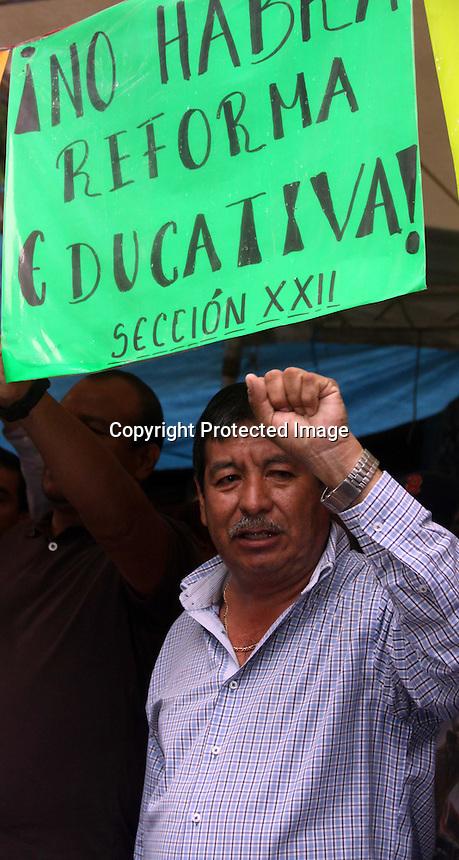 Oaxaca de Ju&aacute;rez, Oax. 21/07/2015.- Este martes, luego del anuncio que hiciera Gabino Cu&eacute; Monteagudo, Gobernador de Oaxaca, acompa&ntilde;ado de Emilio Chuayfett, titular de la Secretaria de Educaci&oacute;n Publica (SEP), respecto a la extinci&oacute;n del Instituto Estatal de Educaci&oacute;n Publica (IEEPO), asi como la renovaci&oacute;n de su estructura, la cual dejara fuera los nexos con el Sindicato Nacional de Trabajadores de la Educaci&oacute;n (SNTE) de la secci&oacute;n 22, estos anunciaron movilizaciones masivas con el apoyo de los otros contingentes de la Coordinadora Nacional de Trabajadores der la Educaci&oacute;n (CNTE).<br /> <br />  <br /> <br /> En tanto, Ruben Nu&ntilde;ez Gines, secretario General de la S22, anuncio que el dia de ma&ntilde;ana habr&aacute; una asamblea estatal donde definir&aacute;n las acciones a tomar en su jornada de lucha en esta nueva etapa, en tanto exigieron a Cu&eacute; Monteagudo no siga avalando la incursi&oacute;n de fuerzas armadas a Oaxaca; &ldquo; decirle a Gabino Cu&eacute; que no reprima con  la gendarmer&iacute;a, no estamos en guerra, esas fuerzas deben regresar a sus cuarteles&rdquo;.