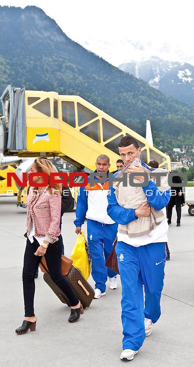 19.05.2010, Flughafen, Innsbruck, AUT, FIFA Worldcup Vorbereitung, Ankunft der Hollaendischen Nationalmannschaft, im Bild Khalid Boulahrouz (VFB Stuttgart ) mit Familie,  Foto: nph /  J. Groder *** Local Caption *** Fotos sind ohne vorherigen schriftliche Zustimmung ausschliesslich f&uuml;r redaktionelle Publikationszwecke zu verwenden.<br /> <br /> Auf Anfrage in hoeherer Qualitaet/Aufloesung