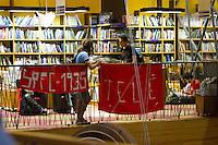 SAO PAULO, SP, 12.12.2013 - LANÇAMENTO LIVRO DO ZETI - Torcedores do São Paulo fazem homenagem ao ex-técnico Telê Santana durante o lançamento do livro, 1993 Somos Bicampeões do Mundo ex-goleiro do São Paulo, do ex-goleiro Zeti na livraria Cultura do Conjunto Nascional, nesta quinta-feira (12).  (Foto: Marcelo Brammer / Brazil Photo Press).