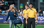 AMSTELVEEN  -  Pieteke Scheringa (manager Laren met scheidsrechters Bart Vriens, Steven Bakker  , hoofdklasse hockeywedstrijd dames Pinole-Laren (1-3). COPYRIGHT  KOEN SUYK