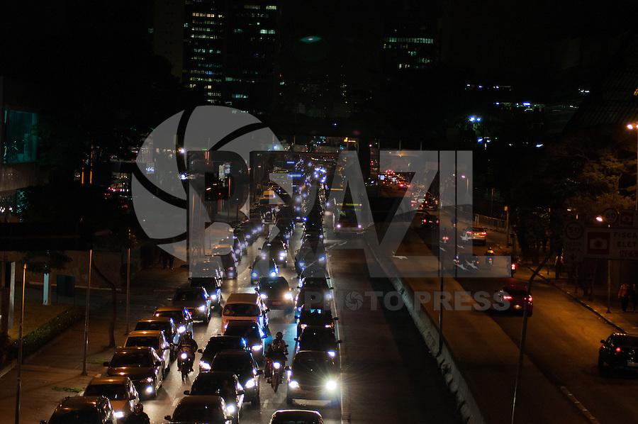 SÃO PAULO-SP-06,08,2014-TRÂNSITO/CAPITAL SP - AVENIDA REBOUÇAS - O motorista segue com lentidão na Avenida Rebouças ambos os sentidos,região oeste da cidade de São Paulo,na noite dessa quarta-feira,06 (Foto:Kevin David/Brazil Photo Press)