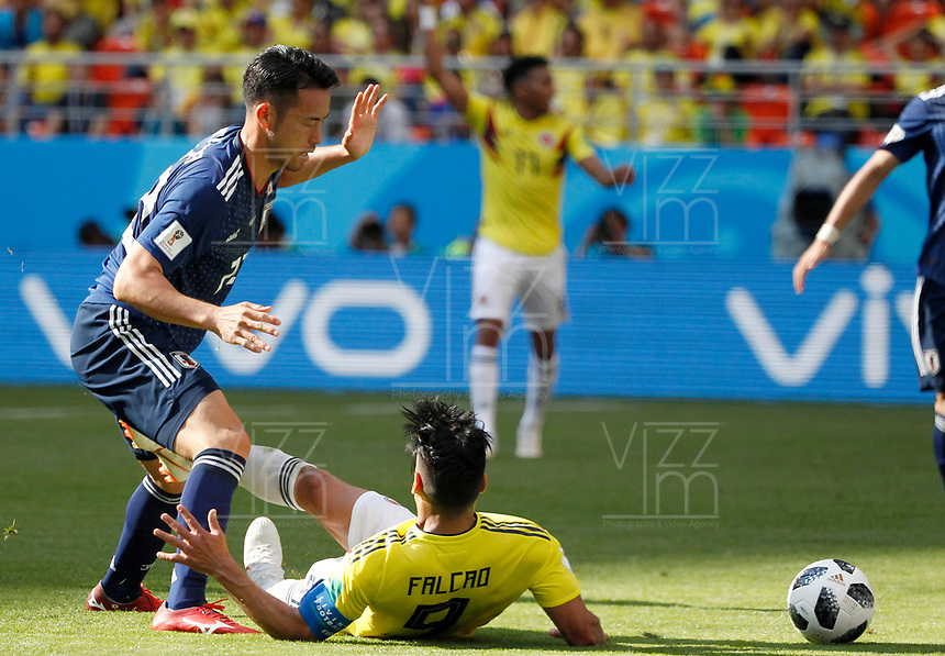 SARANSK - RUSIA, 19-06-2018: Radamel FALCAO (Der) jugador de Colombia disputa el balón con Maya YOSHIDA (Izq) jugador de Japón durante partido de la primera fase, Grupo H, por la Copa Mundial de la FIFA Rusia 2018 jugado en el estadio Mordovia Arena en Saransk, Rusia. /  Radamel FALCAO (R) player of Colombia fights the ball with Maya YOSHIDA (L) player of Japan during match of the first phase, Group H, for the FIFA World Cup Russia 2018 played at Mordovia Arena stadium in Saransk, Russia. Photo: VizzorImage / Julian Medina / Cont