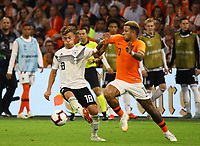 Joshua Kimmich (Deutschland, Germany) gegen Memphis Depay (Niederlande) - 13.10.2018: Niederlande vs. Deutschland, 3. Spieltag UEFA Nations League, Johann Cruijff Arena Amsterdam, DISCLAIMER: DFB regulations prohibit any use of photographs as image sequences and/or quasi-video.