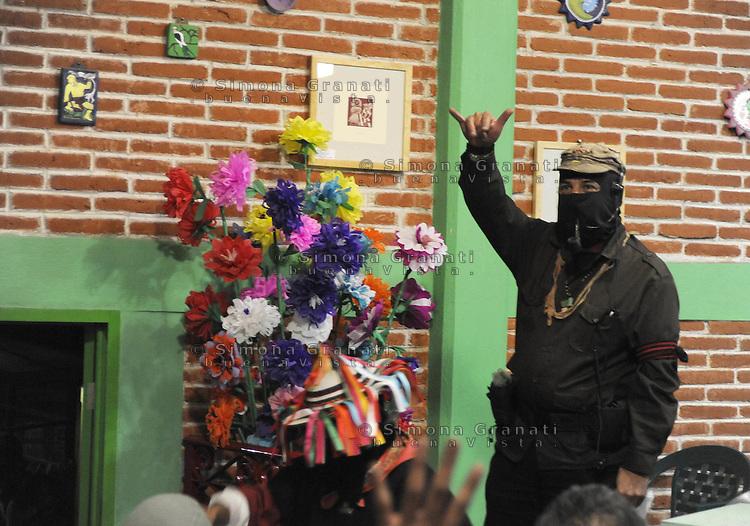 Messico, Chiapas, San Cristobal de Las Casas.2,3,4,5 Gennaio 2008.Primo festival mondiale della Rabbia degna..Dopo una settimana a Città del Messico il festival si svolge in Chiapas con la presenza di molti comandanti dell'Esercito Zapatista di Liberazione Nazionale..Il sub comandante Marcos saluta da surfista.