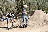 Lucas Daum und Luca Eckhardt (r.)  präparieren die Strecke im Ostpark