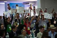 BRASILIA, DF, 17.11.2015 - PMDB-CONGRESSO- Filiados do PMDB fazem manifestação contra a presidente Dilma Rousseff, durante a abertura do Congresso da Fundação Ulysses Guimarães, no Hotel Nacional, nesta terça-feira, 17.(Foto:Ed Ferreira / Brazil Photo Press)