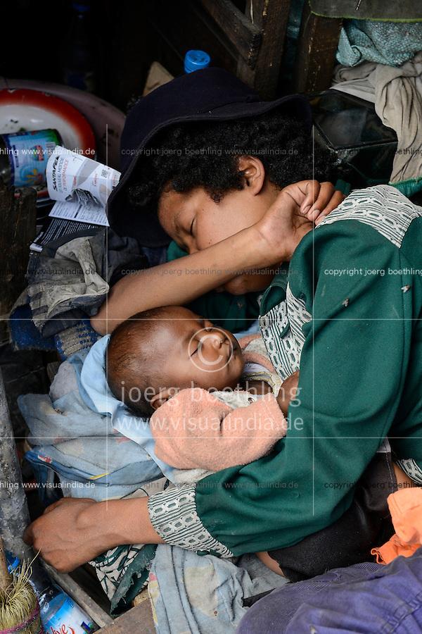 MADAGASCAR Antananarivo, homeless family / MADAGASKAR Antananarivo, obdachlose Familie von FRANCOIS RABENATOANDRO