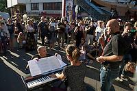 """Mehrere hundert Menschen zogen am Freitag den 21. Juni 2013 mit einem Musik- und Tanz-Umzug durch Kreuzberg. Motto des Umzugs war das vom tuerkischen Praesidenten Erdogan kreierte Schimpfwort """"Capulcu"""", mit dem er die Demonstranten im Gezi-Park in Istanbul tituliert hatte. Seit dem wird diese Bezeichnung europaweit von widerspenstgen Menschen mit Stolz verwendet.<br />Im Bild: Am Kottbusser Tor wird fuer die """"Capulcus"""" klassiche Opernmusik gespielt.<br />21.6.2013, Berlin<br />Copyright: Christian-Ditsch.de<br />[Inhaltsveraendernde Manipulation des Fotos nur nach ausdruecklicher Genehmigung des Fotografen. Vereinbarungen ueber Abtretung von Persoenlichkeitsrechten/Model Release der abgebildeten Person/Personen liegen nicht vor. NO MODEL RELEASE! Don't publish without copyright Christian-Ditsch.de, Veroeffentlichung nur mit Fotografennennung, sowie gegen Honorar, MwSt. und Beleg. Konto:, I N G - D i B a, IBAN DE58500105175400192269, BIC INGDDEFFXXX, Kontakt: post@christian-ditsch.de<br />Urhebervermerk wird gemaess Paragraph 13 UHG verlangt.]"""