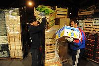 Discount di frutta e verdura gestito da immigrati egiziani. Discount of fruit and vegetables maintained by Egyptian immigrants.Scarico della merce...