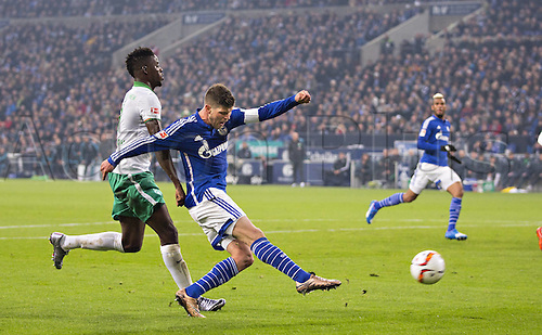 24.01.2016. Gelsenkirchen, Germany. German Bundesliga soccer match between FC Schalke 04 and Werder Bremen in the Veltins Arena.  Klaas Jan Huntelaar (S04), Papy Djilobodji (Werder)