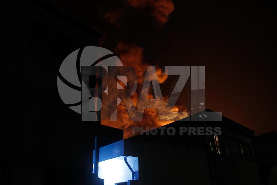 SAO PAULO, SP, 24.08.2014 - INCEENDIO EM FABRICA - Incendio destroi fabrica de material plastico na Rua Canoas na Vila Carioca regiao sul de São Paulo na noite deste domingo (24). (Foto: Amauri Nehn / Brazil Photo Press).
