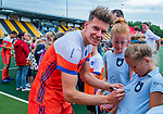 Den Bosch  - Jelle Galema (Ned)  deelt handtekeningen uit na   de Pro League hockeywedstrijd heren, Nederland-Belgie (4-3).    COPYRIGHT KOEN SUYK