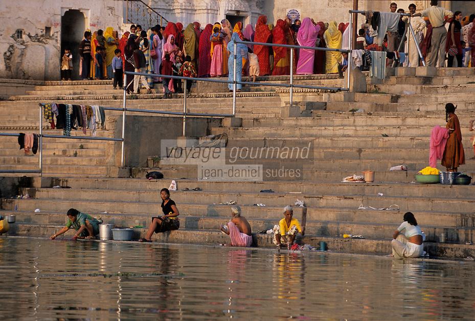 Asie/Inde/Rajasthan/Udaipur: Sur les rives du lac Pichola laveuses au premier plan et cérémonie de mariage en fond