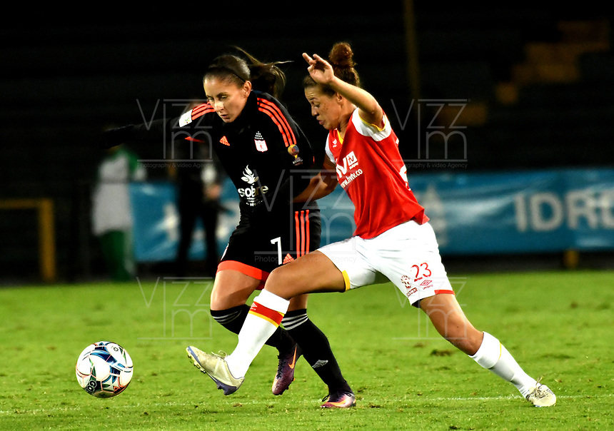 BOGOTA - COLOMBIA - 27 - 05 - 2017: Chinyela Asher (Der.) jugadora de Independiente Santa Fe disputa el balón con Viviana Munera (Izq.) jugadora de America de Cali, durante partido de vuelta por los cuartos de final entre Independiente Santa Fe y America de Cali, por la Liga Femenina Aguila 2017, en el estadio Nemesio Camacho El Campin de la ciudad de Bogota. / Chinyela Asher (R) jugadora of Independiente Santa Fe struggles for the ball with Viviana Munera (L) player of America de Cali, during a match of the second round of the  quarters of finals for the Liga Femenina Aguila 2017, between Independiente Santa Fe and America de Cali, at the Nemesio Camacho El Campin Stadium in Bogota city, Photo: VizzorImage / Luis Ramirez / Staff.