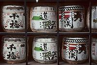"""Asie/Japon/Tokyo/Asakusa: Sanctuaire Shinto de Hie - Détail de barils de """"Saké"""" offerts en offrandes"""