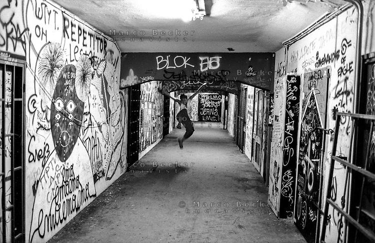 Belgrado, serata al BIGZ, edificio che ospita artisti di ogni tipo, centri culturali e locali. Una ragazza salta gioiosa lungo un corridoio all'interno --- Belgrade, the BIGZ is a building that holds artists of any kind, cultural centres and clubs. A girl jumps <br /> joyfully along a corridor inside