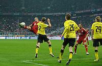 Fussball Bundesliga Saison 2011/2012 13. Spieltag FC Bayern Muenchen - Borussia Dortmund Franck RIBERY (FCB) schiesst kurz vor Schluss artistisch ueber das Tor gegen (v.l.) Sven BENDER (BVB), Lukasz PISZCZEK (BVB) und Marcel SCHMELZER (BVB).