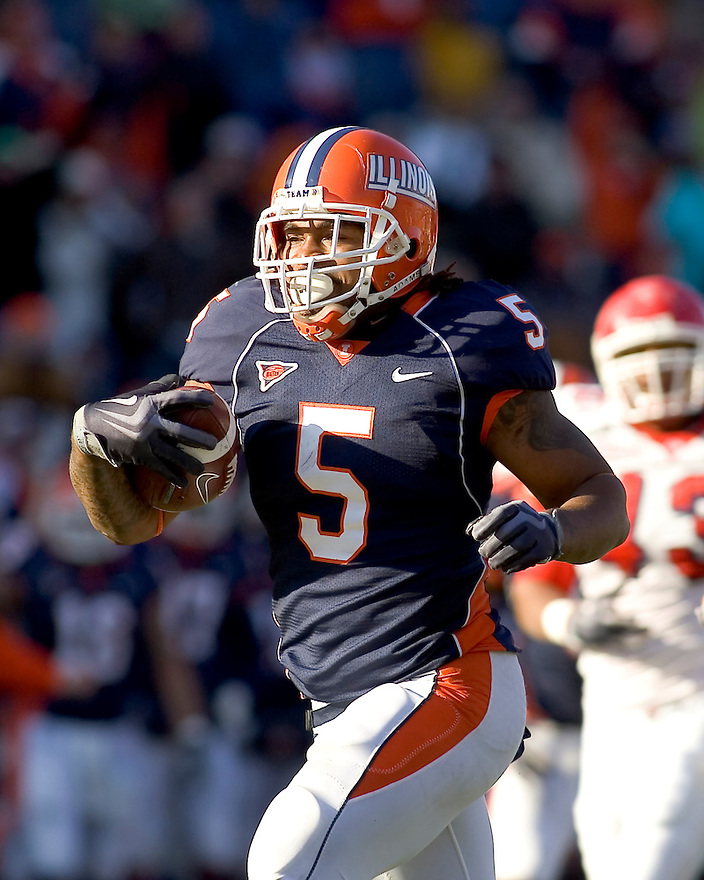 December 5, 2009 - Champaign, Illinois, USA -   Illinois running back Mikel Leshoure (5) carries the ball in the game between the University of Illinois and Fresno State at Memorial Stadium in Champaign, Illinois.  Fresno State defeated Illinois 53 to 52..