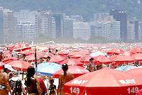 ATENÇÃO EDITOR  FOTO EMBARGADA PARA VEÍCULOS INTERNACIONAIS - RIO DE JANEIRO, RJ 08 DE DEZEMBRO 2012.  CLIMA TEMPO MOIVIMENTAÇÃO NA PRAIA DE COPACABANA..Nesta manhã e tarde de sabado (08) uma grande movimentação de banhista lota a orla da praia de Copacabana na cidade fluminense..FOTO RONALDO BRANDAO / BRAZIL PHOTO PRESS